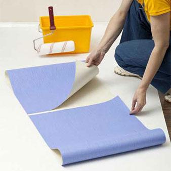 Eingekleisterte Papiertapete falten